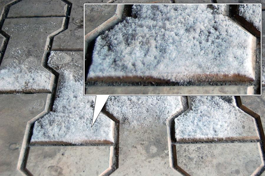 Солевые отложения на поверхности тротуарной плитки