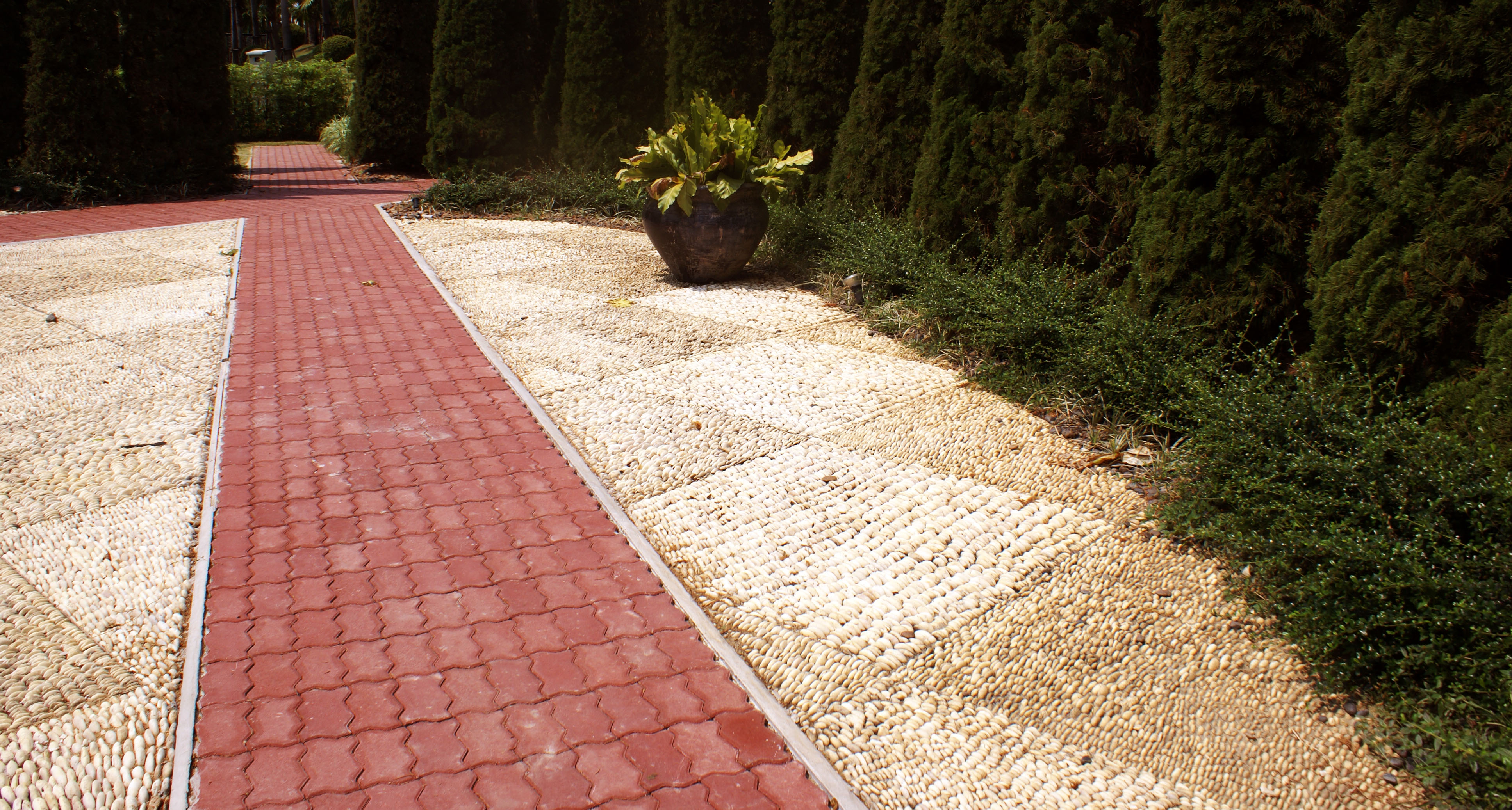 Крупная галька и тротуарная плитка. Укладка тротуарной плитки харьков.