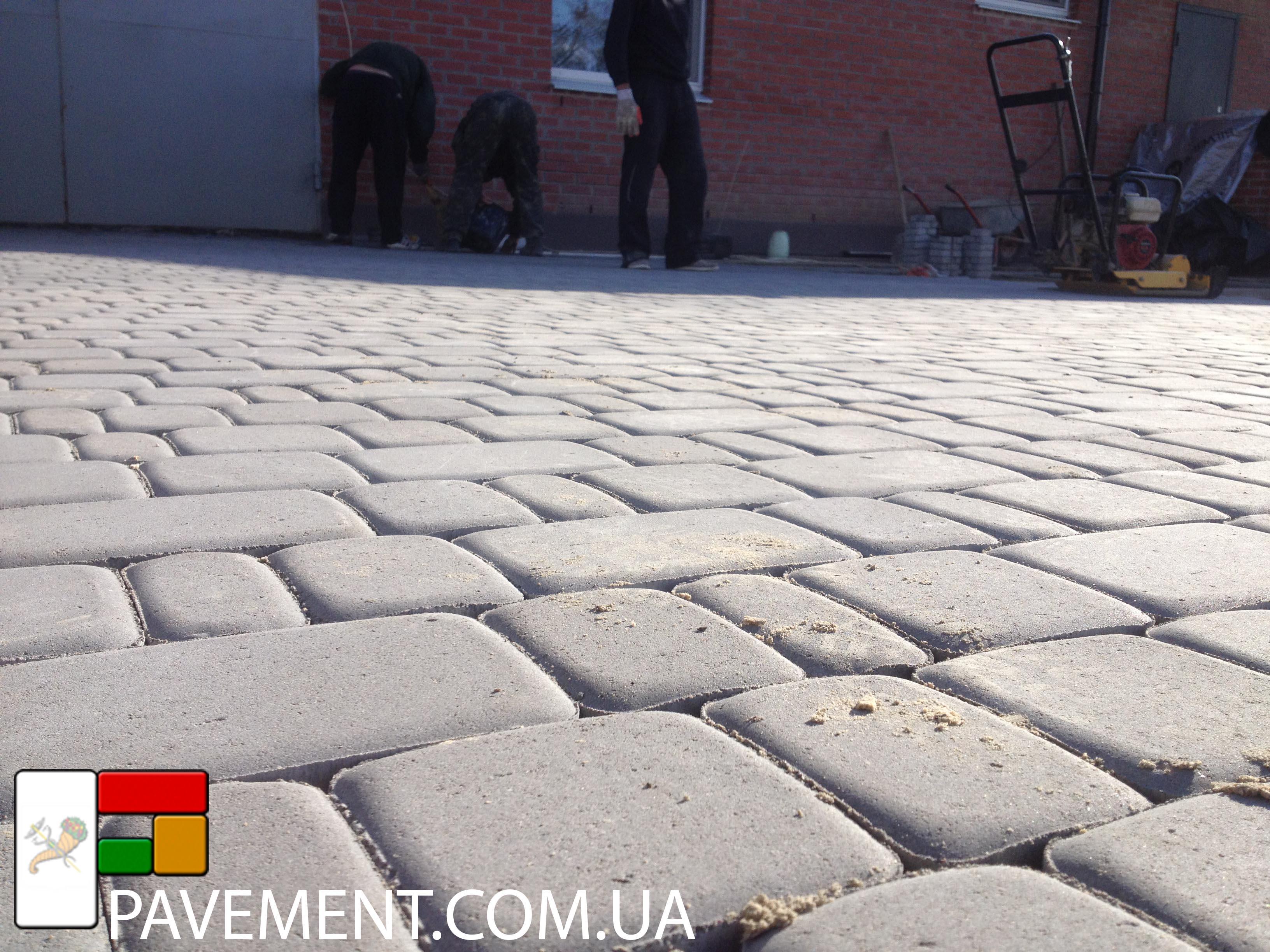 Укладка тротуарной плитки на даче на песок
